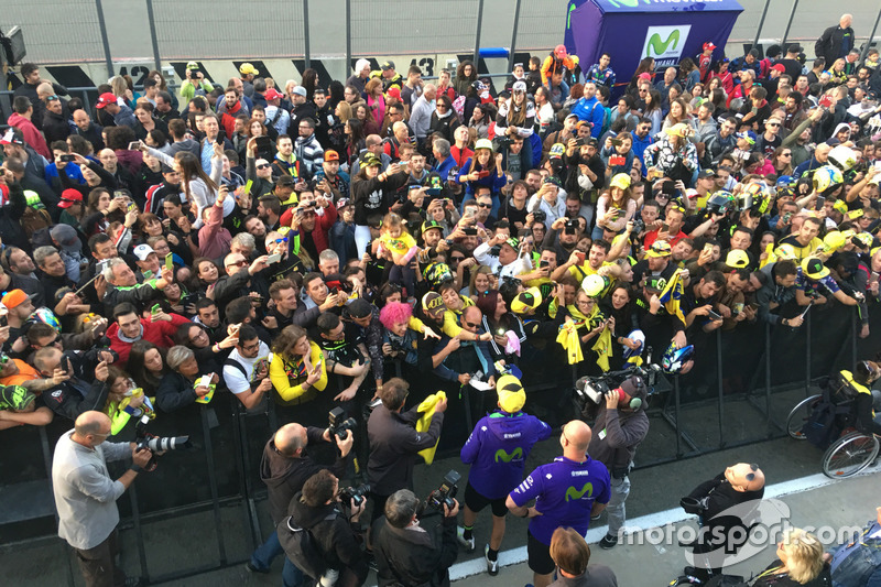Valentino Rossi firmando autógrafos a sus fans en Valencia