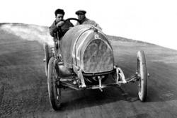 Enzo Ferrari en unos test con el mecánico Nino Berretta, 15-20 HP CMN