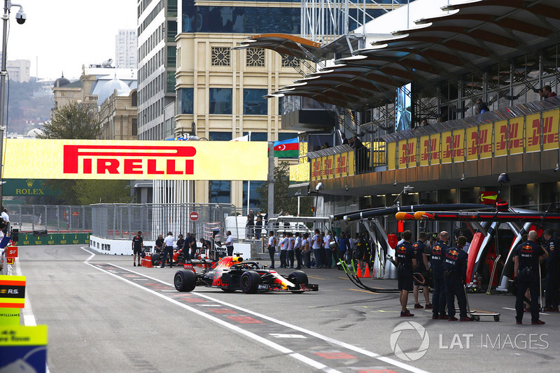 Daniel Ricciardo, Red Bull Racing RB14 Tag Heuer, vuelve a los boxes