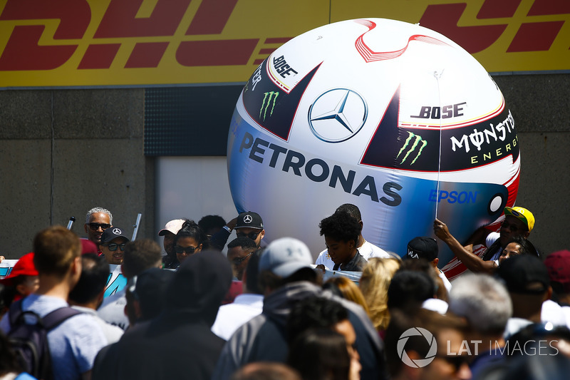 Un globo con forma del casco de Lewis Hamilton, Mercedes AMG F1