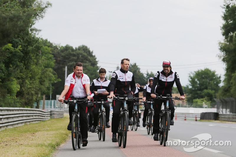 Alexander Wurz, Fernando Alonso, Toyota Gazoo Racing en bici por el circuito