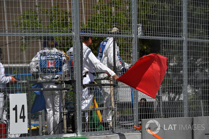 I marshal sventolano la bandiera rossa nelle FP1