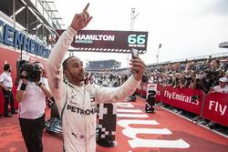 Le vainqueur Lewis Hamilton, Mercedes-AMG F1 W09 prend un selfie dans le Parc Fermé