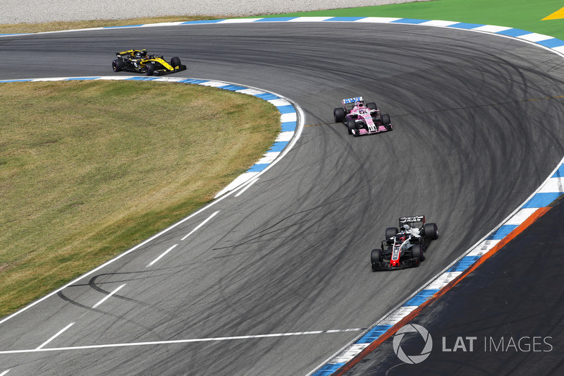 Romain Grosjean, Haas F1 Team VF-18, precede Sergio Perez, Force India VJM11, e Carlos Sainz Jr., Renault Sport F1 Team R.S. 18