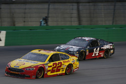 Joey Logano, Team Penske, Ford Fusion Shell Pennzoil Clint Bowyer, Stewart-Haas Racing, Chevrolet Camaro Haas 30 Years of the VF1