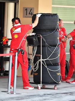 Ferrari mühendisleri ve Pirelli lastikleri
