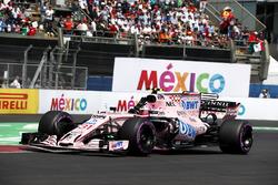 Esteban Ocon, Sahara Force India VJM10 waves to the fans
