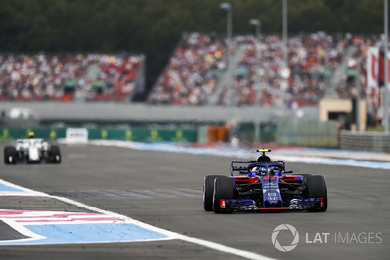 Pierre Gasly, Toro Rosso STR13, precede Charles Leclerc, Sauber C37