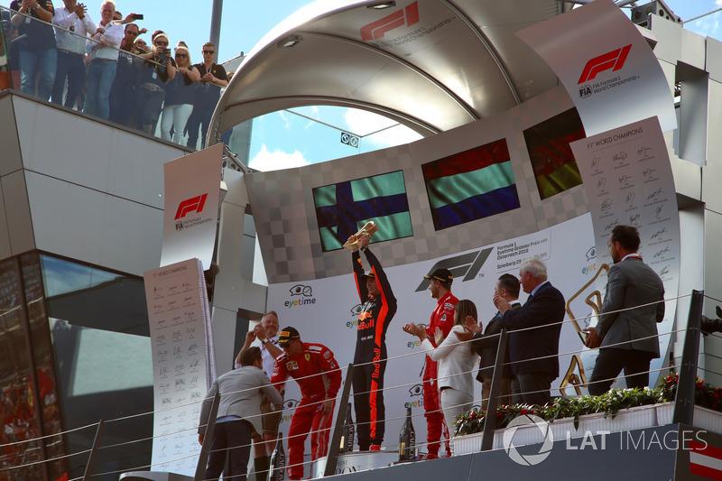 Jonathan Wheatley, Team Manager, Red Bull Racing, Kimi Raikkonen, Ferrari, Max Verstappen, Red Bull Racing e Sebastian Vettel, Ferrari, sul podio