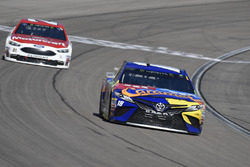Kyle Busch, Joe Gibbs Racing, Toyota Camry M&M's Caramel, Paul Menard, Wood Brothers Racing, Ford Fusion Motorcraft / Quick Lane Tire & Auto Center