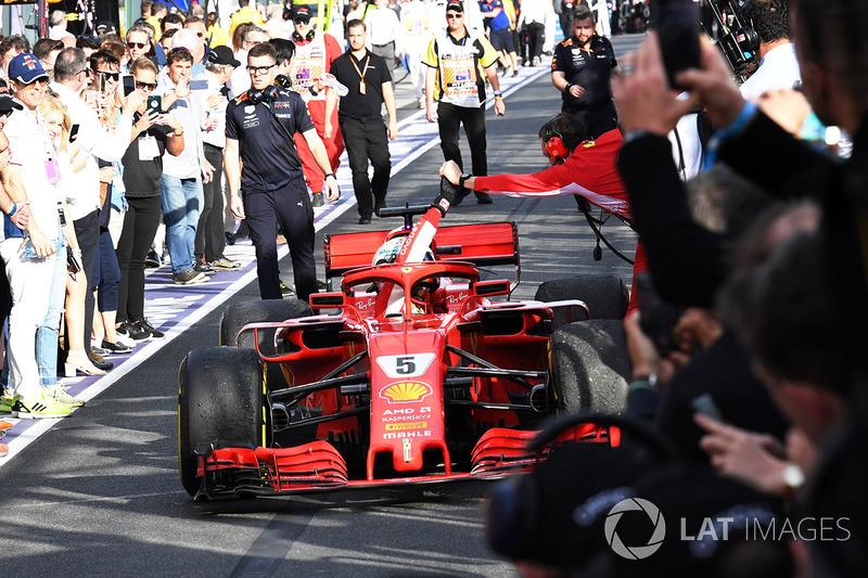 Le vainqueur Sebastian Vettel, Ferrari SF71H fête sa victoire en arrivant dans le Parc Fermé