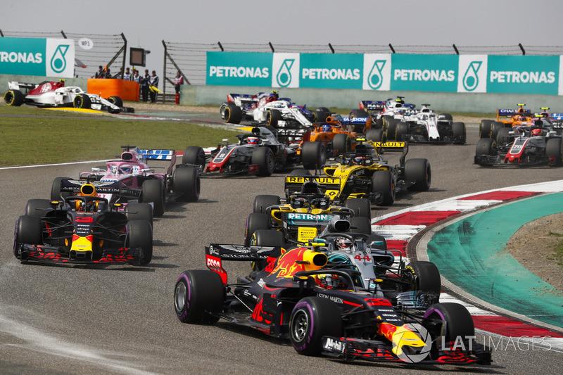 Max Verstappen, Red Bull Racing RB14 Tag Heuer, Lewis Hamilton, Mercedes AMG F1 W09, Daniel Ricciardo, Red Bull Racing RB14 Tag Heuer, Nico Hulkenberg, Renault Sport F1 Team R.S. 18, Sergio Perez, Force India VJM11 Mercedes, et le reste du peloton au dépar