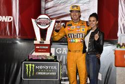 1. Kyle Busch, Joe Gibbs Racing, Toyota Camry, mit Ehefrau Samantha