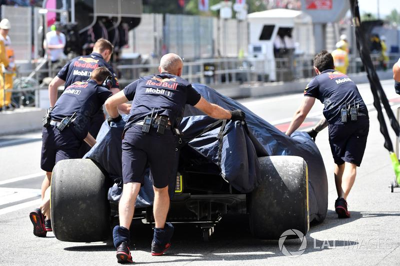 El coche chocado de Daniel Ricciardo, Red Bull Racing RB14 es llevado a pits