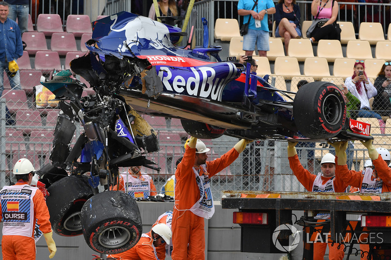Les commissaires retirent l'épave de la Toro Rosso STR13 Honda de Brendon Hartley après son gros accident