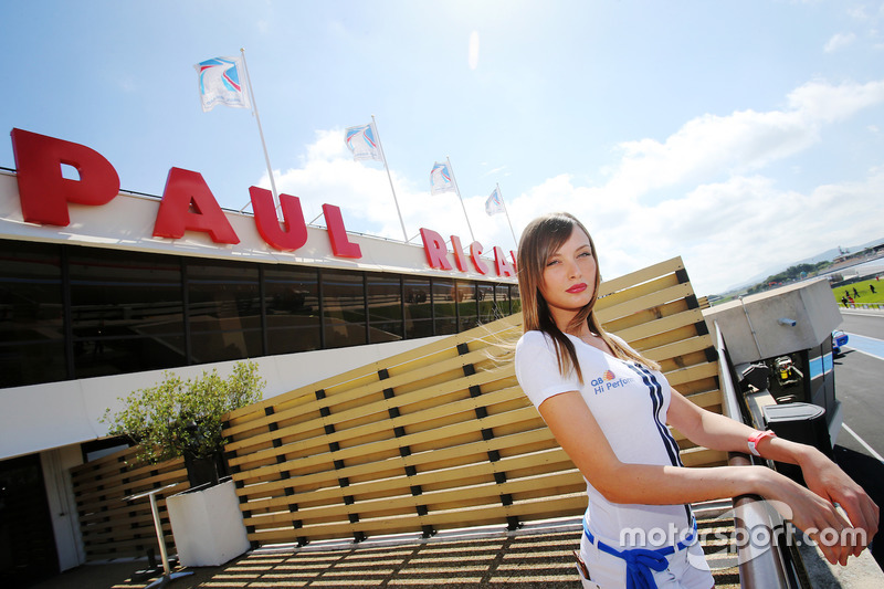 Grid girl sotto l'insegna Paul Ricard