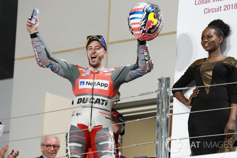 المنصة: الفائز بالسباق أندريا دوفيزيوزو، فريق دوكاتي