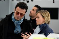 Susie Wolff, fundadora de Dare to be Different, con Giuldo Pastor, presidente del equipo Venturi Formula E en boxes