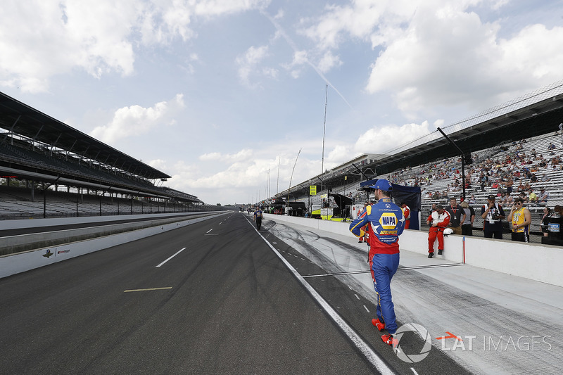Alexander Rossi, Andretti Autosport Honda walks away after a poor qualifying run