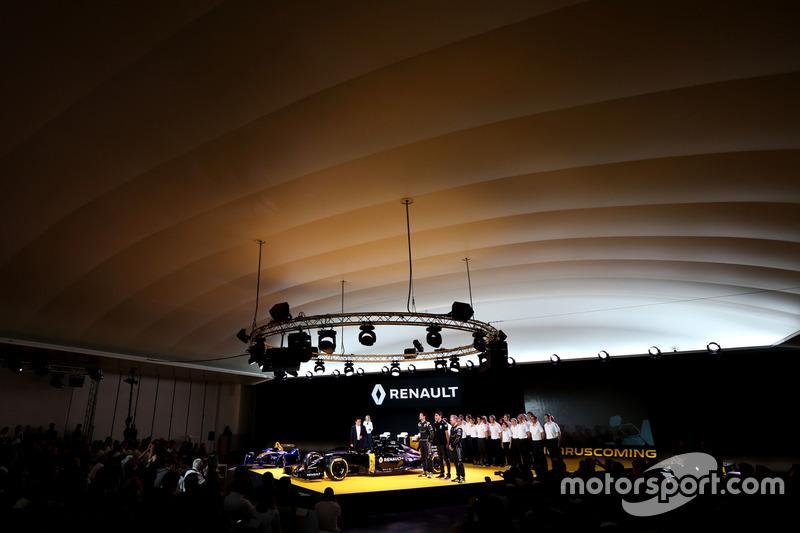 (L nach R): Carlos Ghosn, Präsident Renault mit Jolyon Palmer, Renault F1 Team; Esteban Ocon, Renault F1 Team Testfahrer und Kevin Magnussen, Renault F1 Team