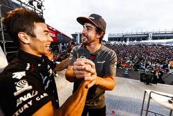 Takuma Sato sur scène avec Fernando Alonso, McLaren