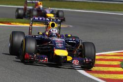 Daniel Ricciardo, Red Bull Racing RB10, devance Sebastian Vettel, Red Bull Racing RB10