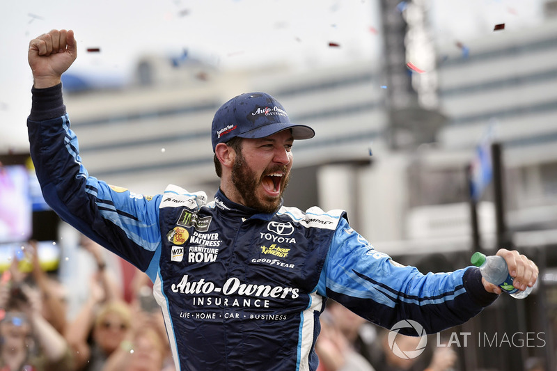 Martin Truex Jr. triunfou em Charlotte na NASCAR Cup neste domingo, garantindo passagem automática para a próxima fase dos playoffs.