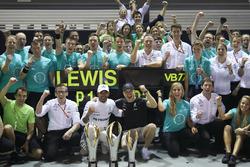 الفائز بالسباق لويس هاميلتون، مرسيدس، المركز الثالث فالتيري بوتاس، مرسيدس