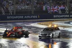 Les voitures accidentées de Max Verstappen, Red Bull Racing RB13 et Kimi Raikkonen, Ferrari SF70H et la voiture médicale