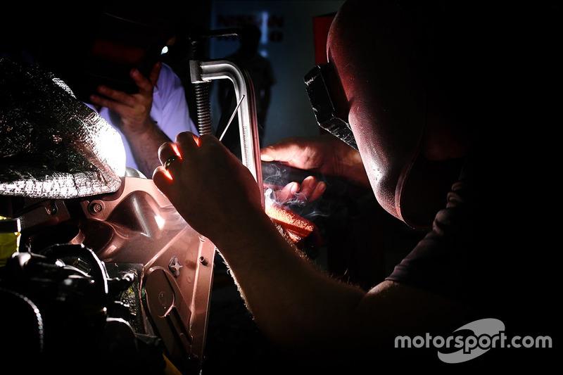 Equipo Nissan Motorsport trabajando
