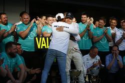 Valtteri Bottas, Mercedes AMG F1, es felicitado por Lewis Hamilton, Mercedes AMG F1