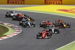 Sebastian Vettel, Ferrari SF70H, Lewis Hamilton, Mercedes AMG F1 W08, Max Verstappen, Red Bull Racing RB13, Kimi Raikkonen, Ferrari SF70H, the rest of the field at the start