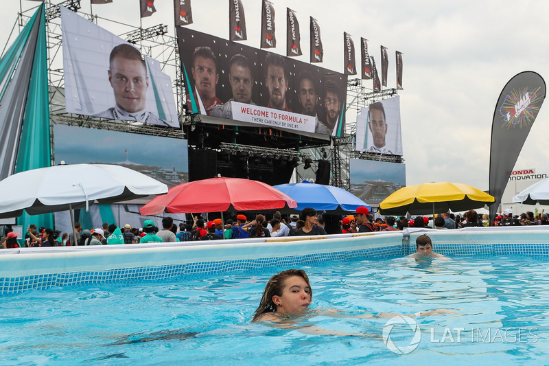 Swimming Pool Fans : Fans and swimming pool at malaysian gp