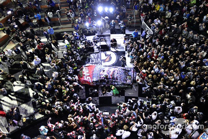 5. Kurt Busch, Stewart-Haas Racing Ford, celebra la victoria en la Daytona 500