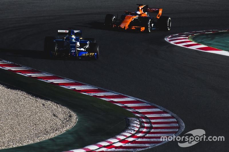 Marcus Ericsson, Sauber C36, di depan Fernando Alonso, McLaren MCL32
