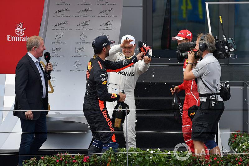 Daniel Ricciardo, Red Bull Racing fait un shoey, Valtteri Bottas, Mercedes AMG F1 et Sebastian Vettel, Ferrari sur le podium