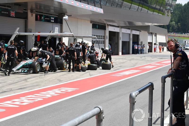Christian Horner, jefe de equipo de Red Bull Racing observa a Lewis Hamilton, Mercedes AMG F1 W08