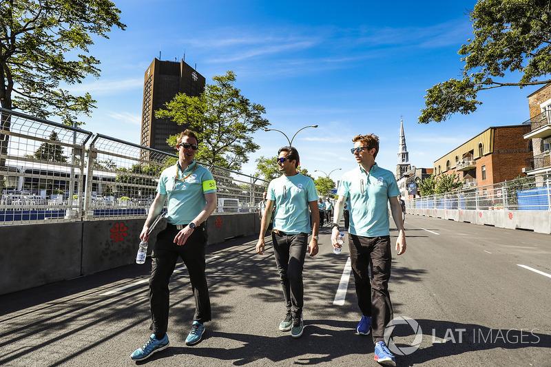 Nelson Piquet Jr., NEXTEV TCR Formula E Team, y Oliver Turvey, NEXTEV TCR Formula E Team, caminan en la pista