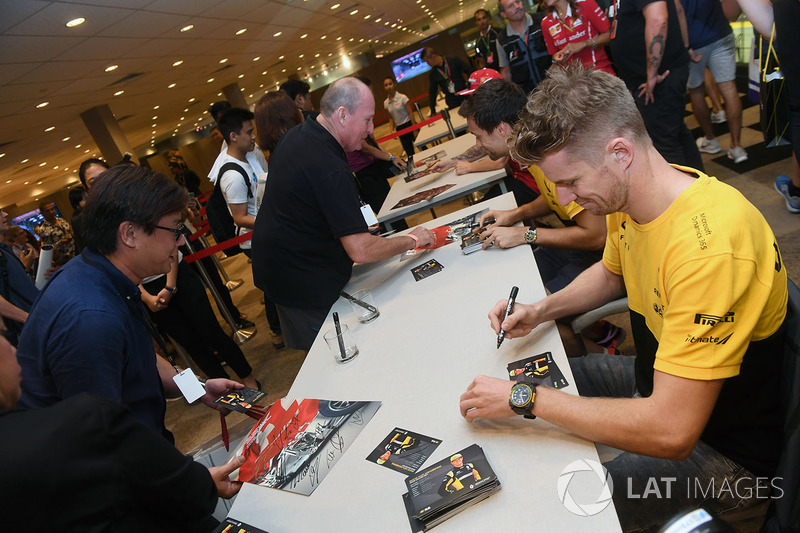 Nico Hulkenberg, Renault Sport F1 Team and Jolyon Palmer, Renault Sport F1 Team sign autographs for the fans
