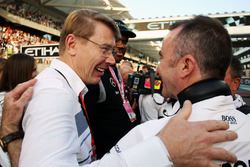 Mika Hakkinen with Paddy Lowe, Mercedes AMG F1 Executive Director, on the grid