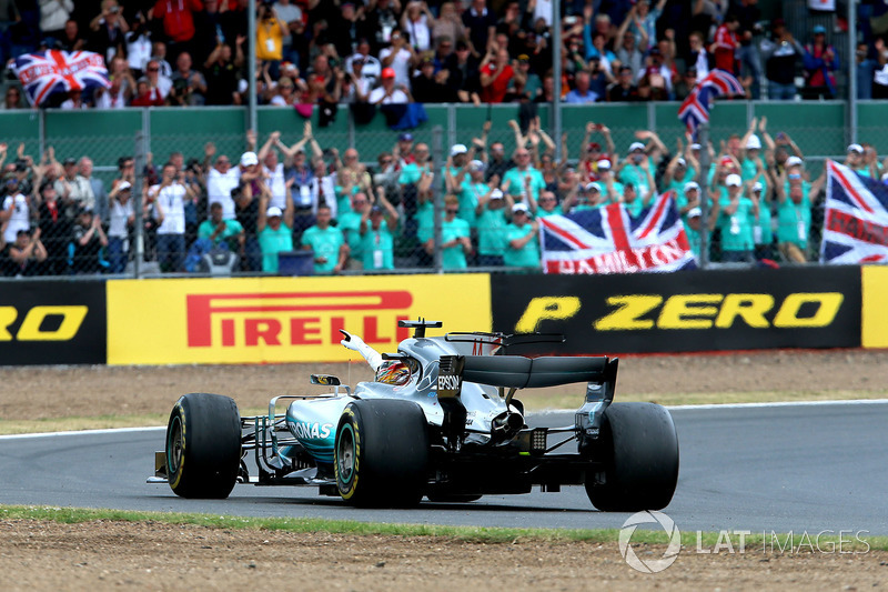 Льюіс Хемілтон, Mercedes-Benz F1 W08  celebrates at the end of the race