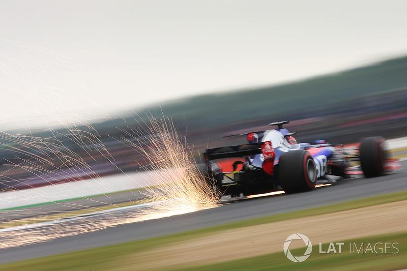 Daniil Kvyat, Scuderia Scuderia Toro Rosso STR12 sacando chispas