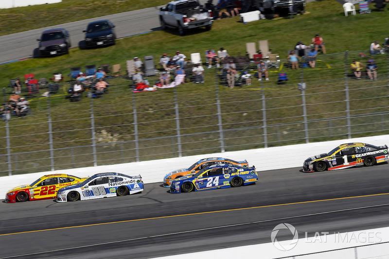 Joey Logano, Team Penske Ford, Dale Earnhardt Jr., Hendrick Motorsports Chevrolet