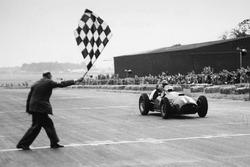 Хосе Фройлан Гонсалес здобуває першу перемогу для Ferrari