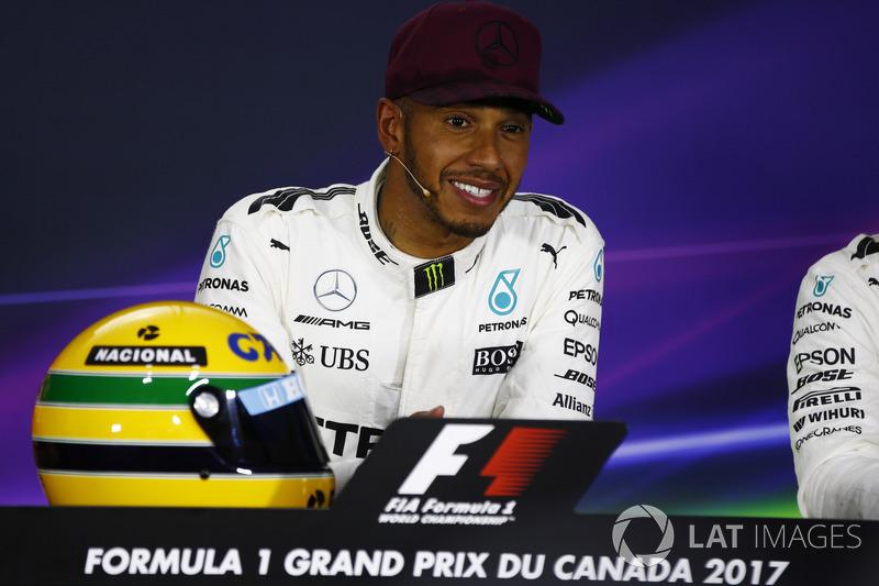Гонщик Mercedes AMG F1 Льюис Хэмилтон и шлем Айртона Сенны
