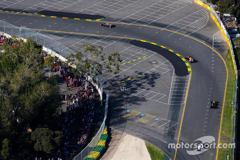 Kevin Magnussen, Haas F1 Team VF-17, leads Stoffel Vandoorne, McLaren MCL32, Jolyon Palmer, Renault Sport F1 Team RS17, and Lance Stroll, Williams FW40
