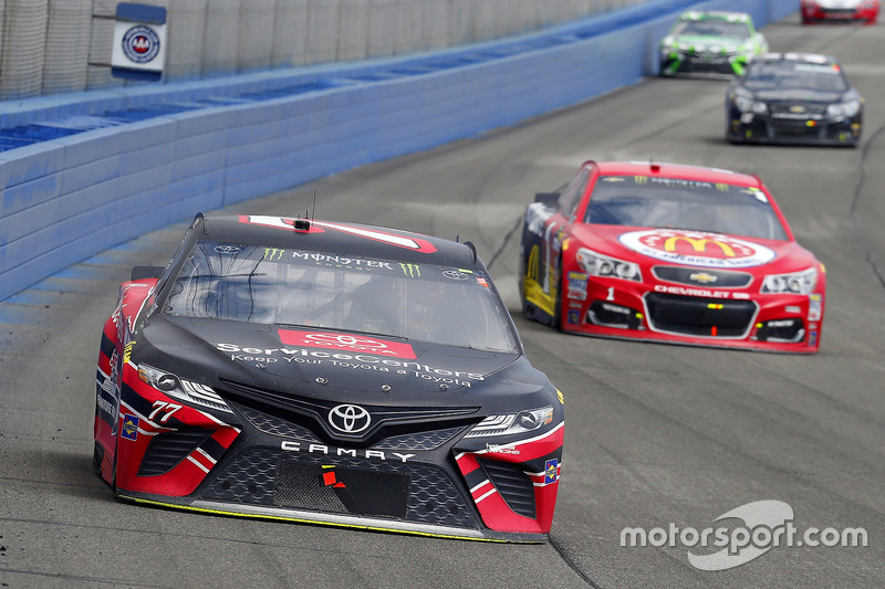 Erik Jones, Furniture Row Racing, Toyota; Jamie McMurray, Chip Ganassi Racing, Chevrolet