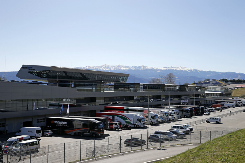 Blick zum Fahrerlager
