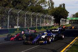 Маркус Эрикссон, Sauber C36, и Кевин Магнуссен, Haas F1 VF-17