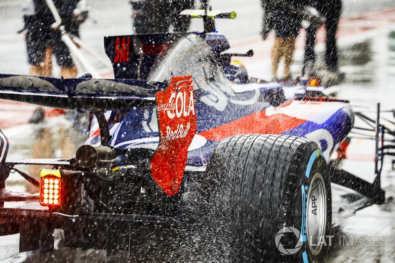 Estela de agua del coche de Carlos Sainz Jr., Scuderia Toro Rosso STR12, en pit lane